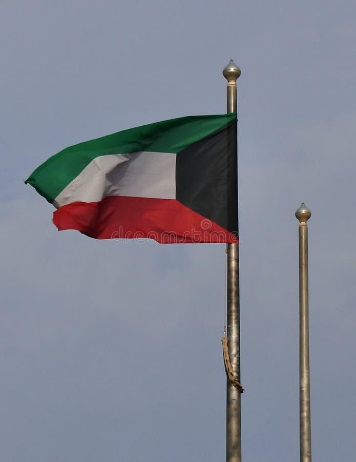 起波纹在微风的科威特旗子 免版税库存照片