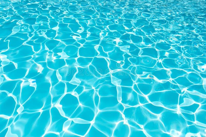 游泳池_起波纹在游泳池的波浪和水表面