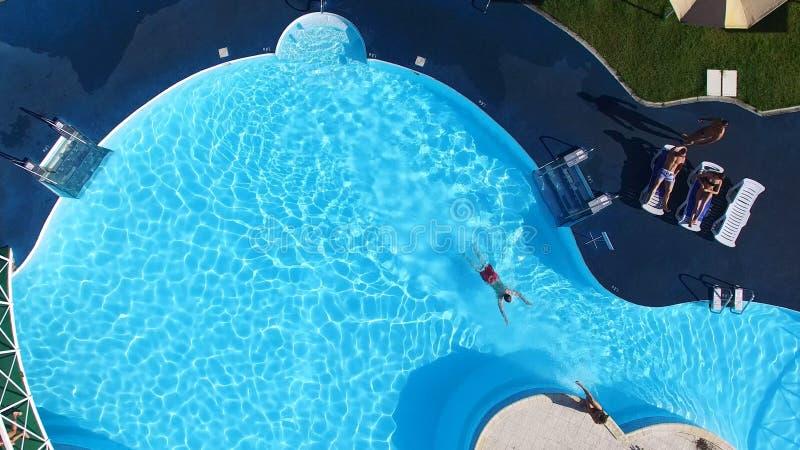 起波纹的水背景在游泳场和木地板的 场面 空的水池户外,顶视图 从顶视图的水池 皇族释放例证