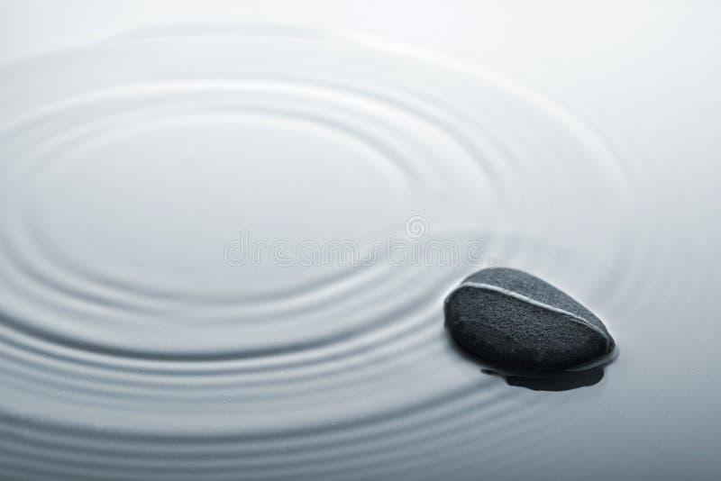 起波纹的石水禅宗 免版税库存照片