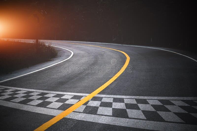 起点赛跑在路跑马场背景 免版税库存图片