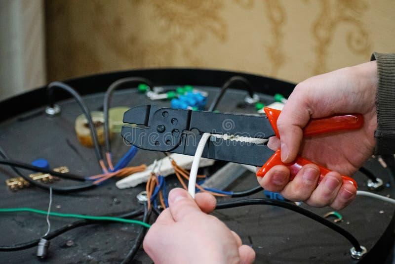 起皱的把手和剥离的导线的压接机 库存图片