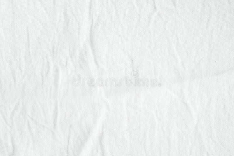 起皱纹的白色棉织物纹理背景,墙纸 免版税库存图片