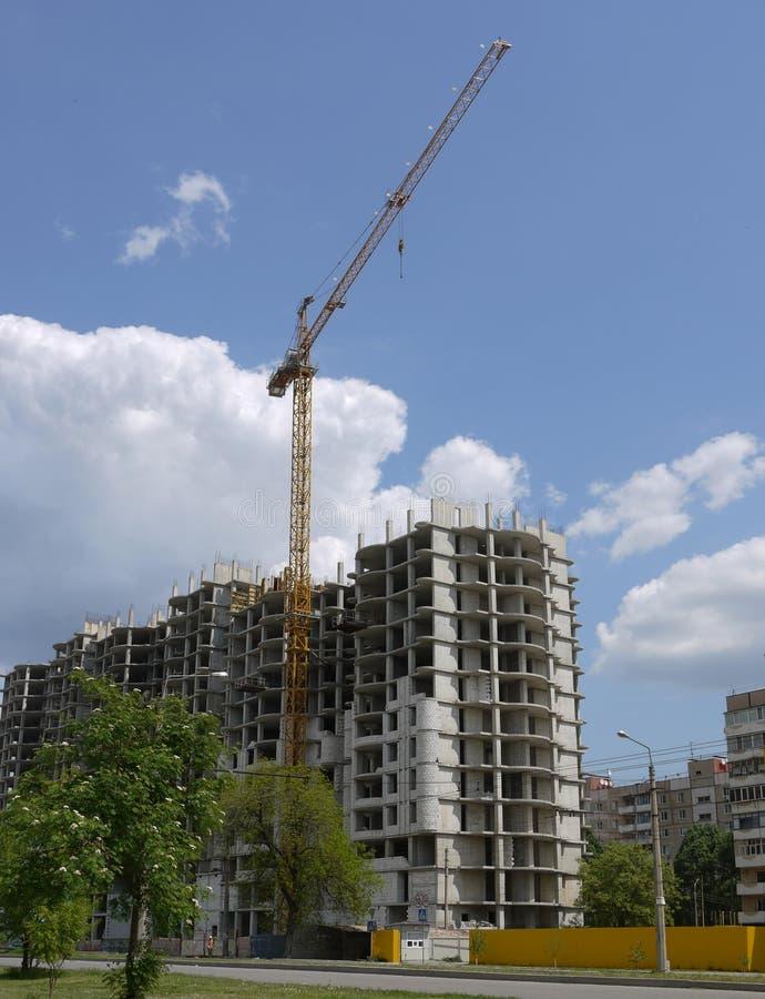 起重机住宅架设的房子 免版税库存图片