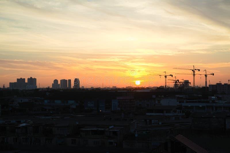 起重机剪影在曼谷,泰国 免版税库存图片