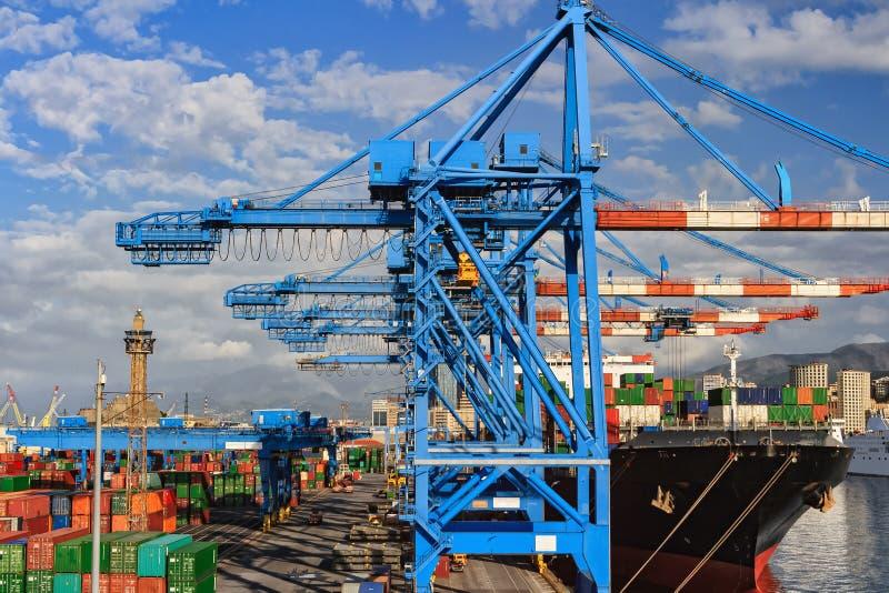 起重机和船在赫诺瓦港口 免版税图库摄影