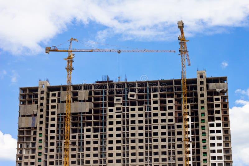 起重机和蓝天的楼房建筑站点 免版税图库摄影