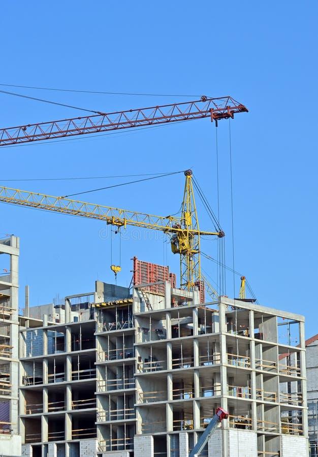 起重机和高层建造场所 免版税图库摄影