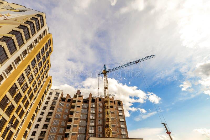 起重机和高层建筑物建设中反对蓝天 库存图片