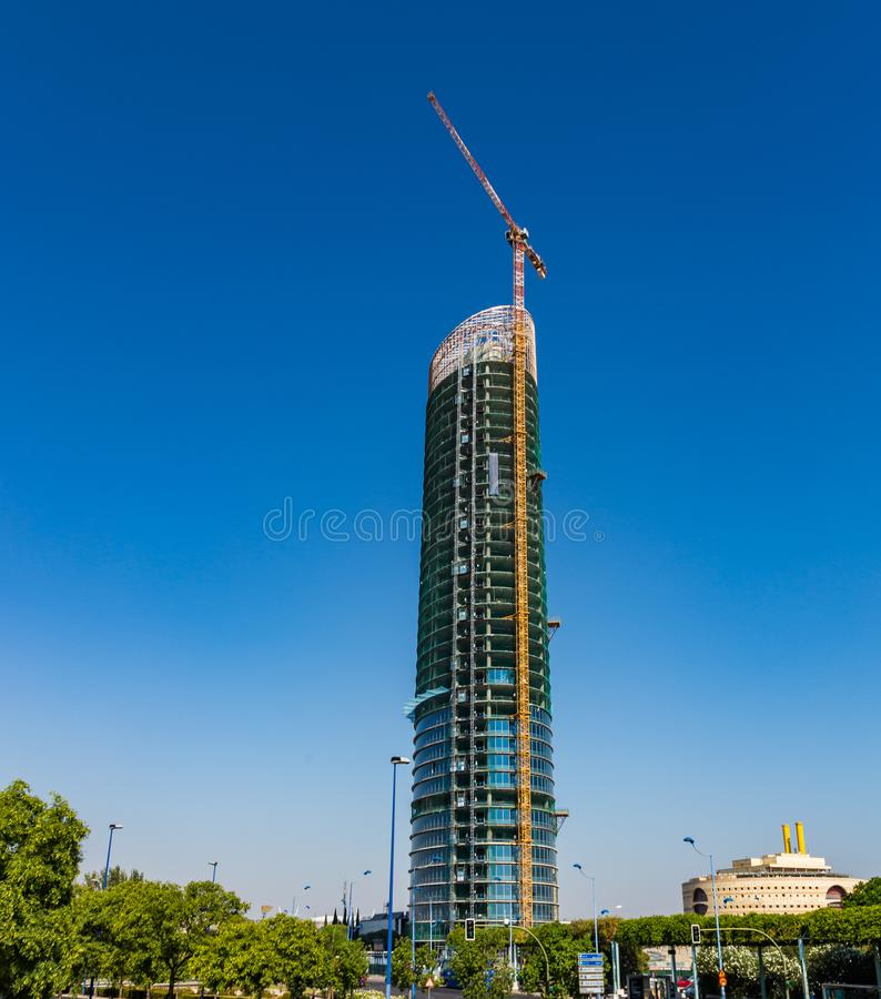 起重机和高Cajasol塔的摩天大楼的建筑过程180米在塞维利亚,西班牙 库存图片