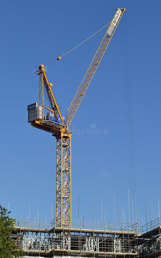 起重机在城市建造场所运转 库存照片