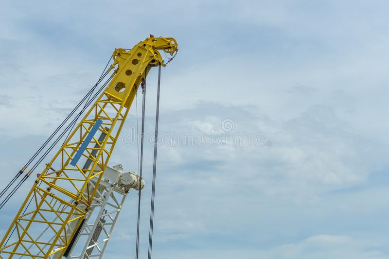 起重机在天空蔚蓝背景的推力黄色 库存图片
