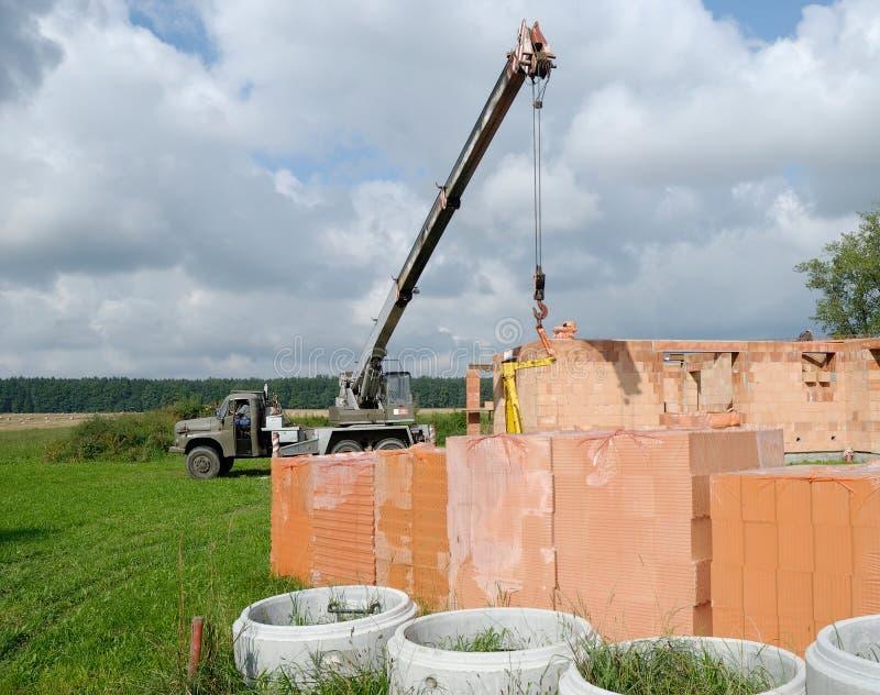起重机在房子建筑 免版税库存图片