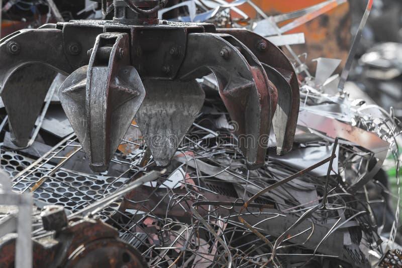 起重机强夺者装货金属废料 免版税库存照片