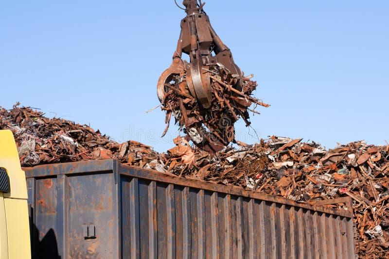 起重机强夺者装载金属废料卡车 库存图片