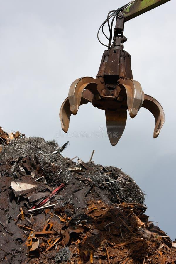 起重机强夺者装载金属废料 免版税库存照片