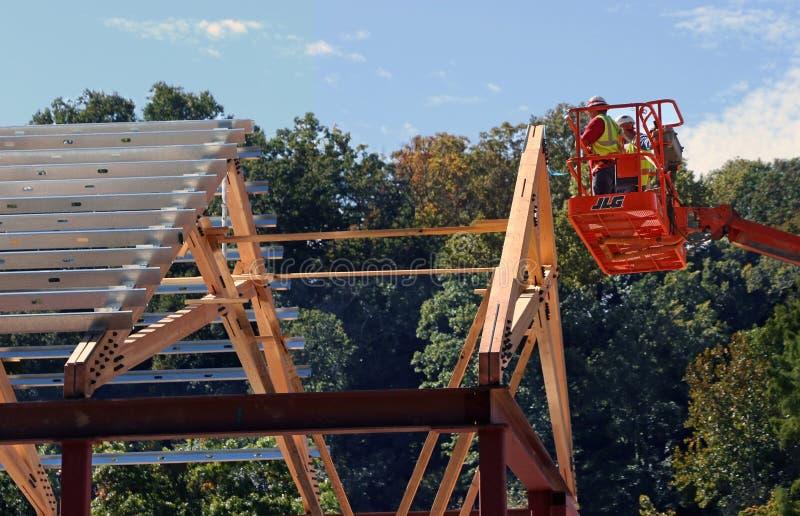 起重机推力的建筑工人 免版税库存图片