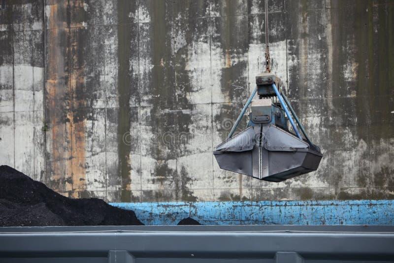 从起重机暂停的桶 库存照片
