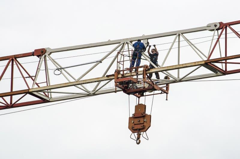 起重机的水平段的两名工作者 免版税库存图片