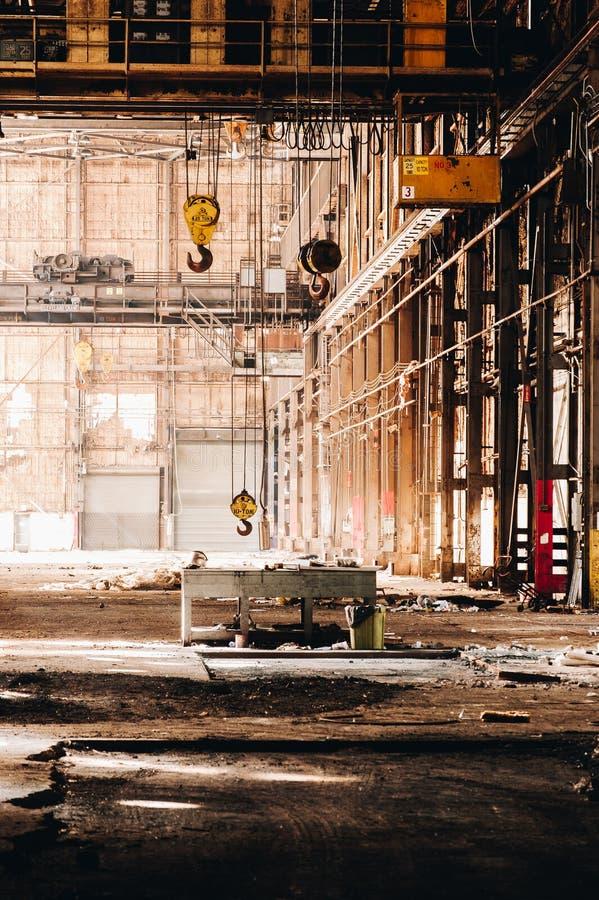 起重机+滑轮 — 废弃的小儿联合工厂 — 俄亥俄州扬斯敦 免版税库存图片