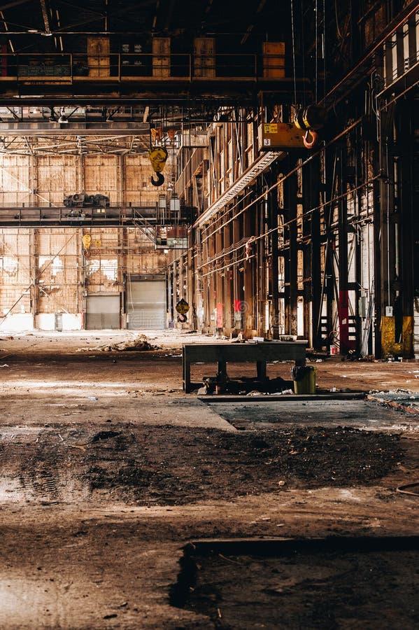起重机+滑轮 — 废弃的小儿联合工厂 — 俄亥俄州扬斯敦 免版税库存照片
