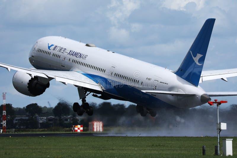 起飞从阿姆斯特丹史基浦机场,AMS的XiamenAir飞机 免版税图库摄影