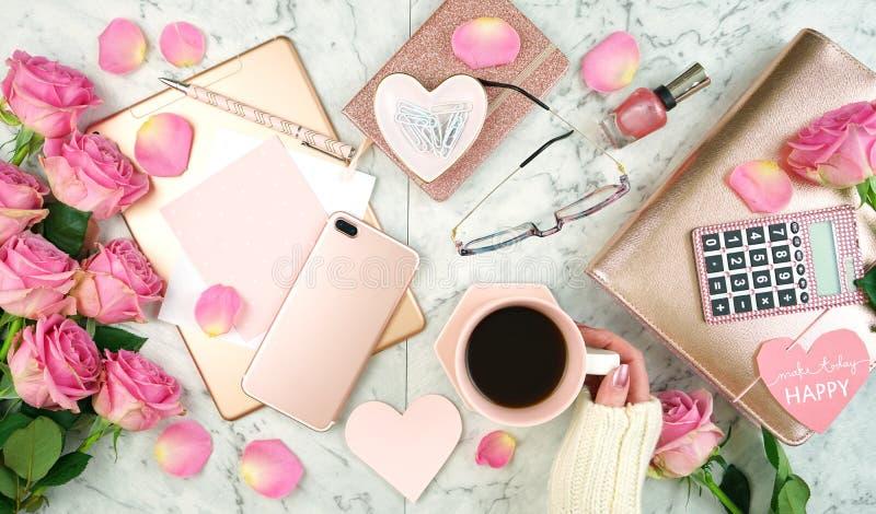 超与flatlay玫瑰色金的辅助部件的女性桃红色书桌工作区 免版税库存照片