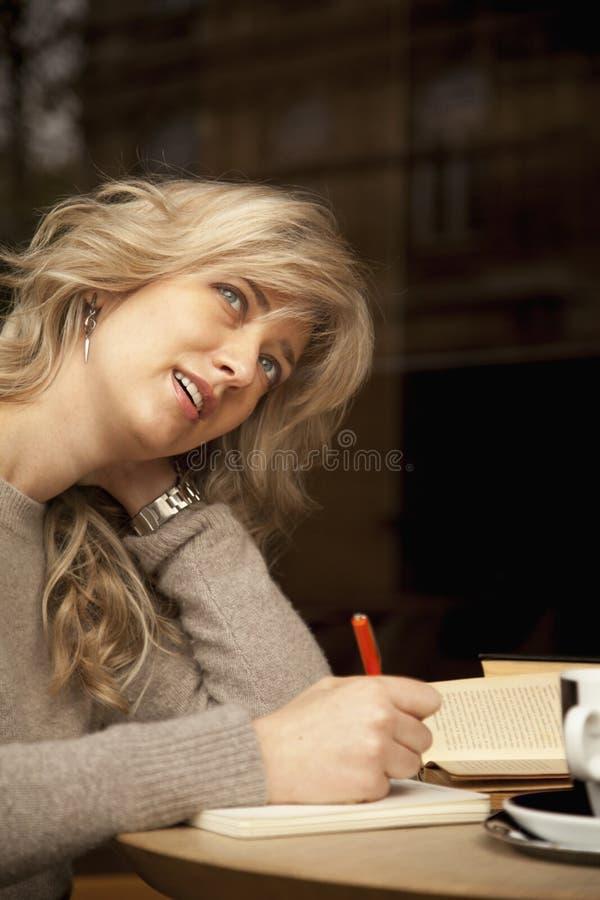 超人productivi的女实业家文字计划完美的日子 库存照片