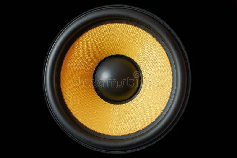 超低音扬声器在黑背景隔绝的动态膜或声音报告人,黄色高保真扩音器关闭  库存图片
