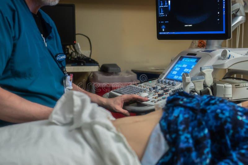超声波做法在医生办公室 免版税库存图片