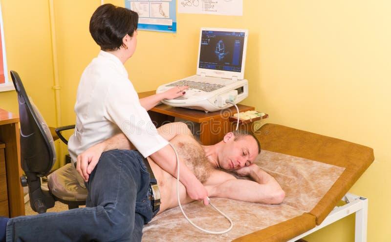 超声波 心脏病学 心脏的考试与超声波的 有超合理的医生心脏科医师回顾的患者 库存照片