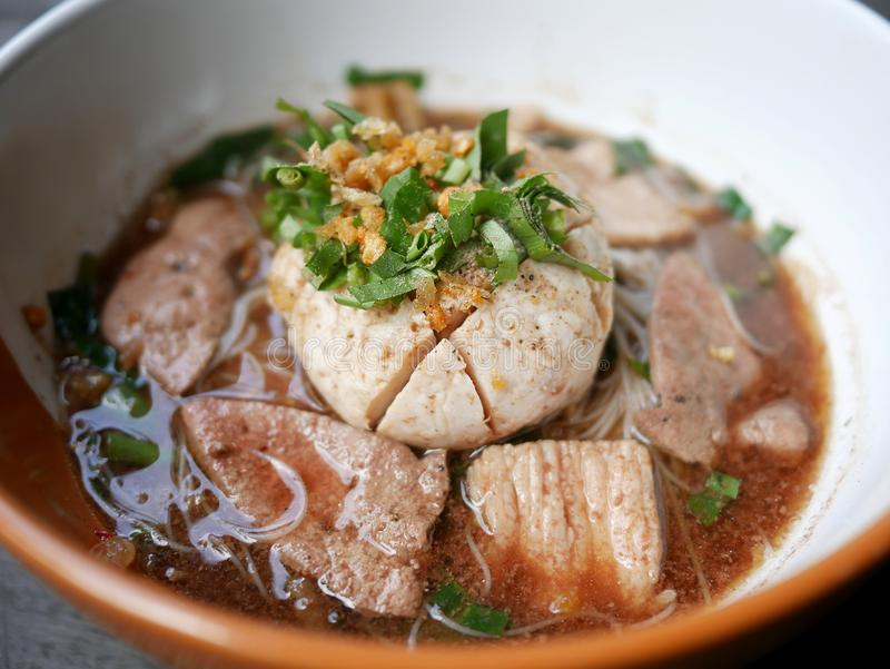 超大猪肉球、猪肝、猪肉幻灯片和vegeta泰国头  免版税库存照片