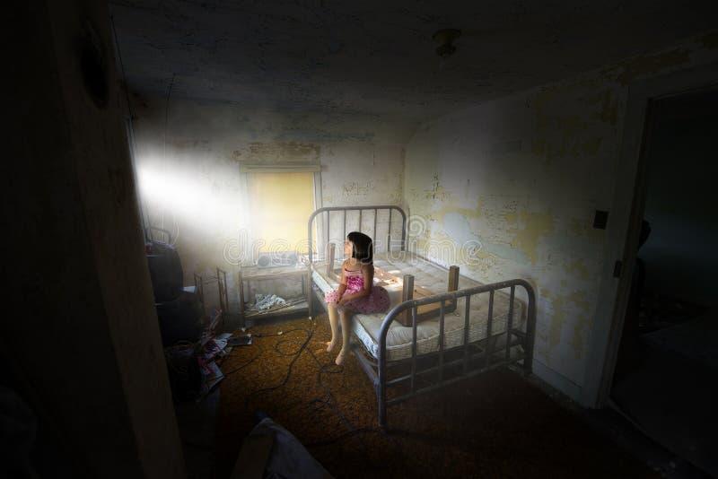超现实的女孩,和平,希望,爱 免版税库存照片
