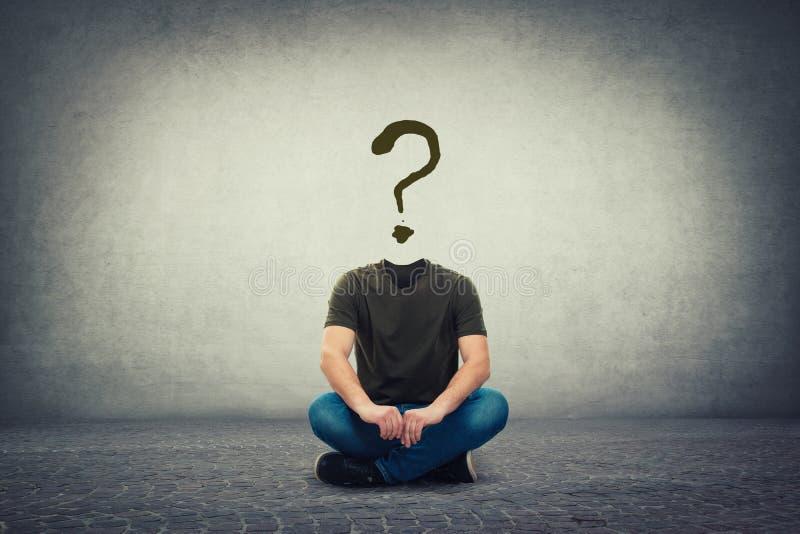 超现实的无首的人,在与问号的地板上供以座位的无形的面孔而不是头,象一个面具,掩藏的身分的 库存图片