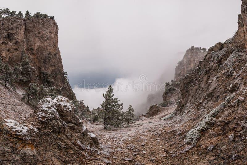 超现实主义的山风景 免版税库存图片