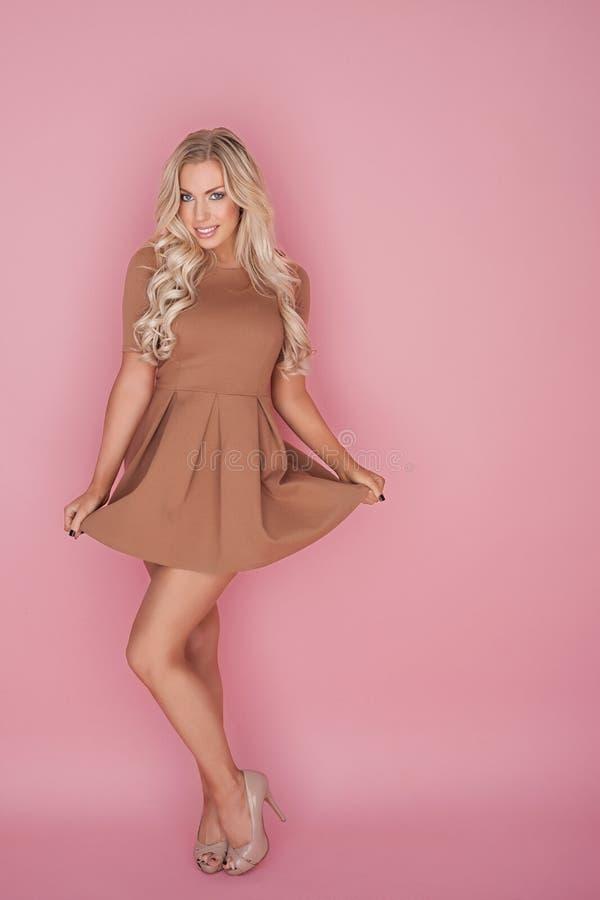 超短裙的迷人的金发碧眼的女人 免版税库存照片
