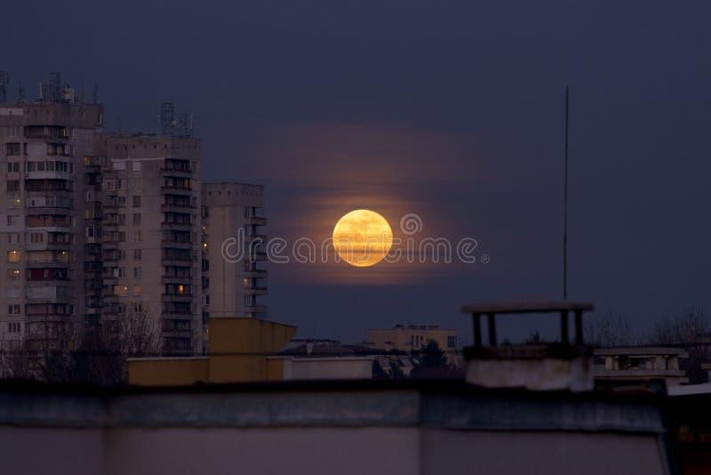 超级名门出身月亮2018年1月31日从Easterm欧洲,保加利亚,索非亚 在海运的蚀月球月亮 在大厦旁边的超级月亮 免版税图库摄影