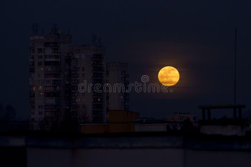 超级名门出身月亮2018年1月31日从Easterm欧洲,保加利亚,索非亚 在海运的蚀月球月亮 在大厦旁边的超级月亮 免版税库存照片
