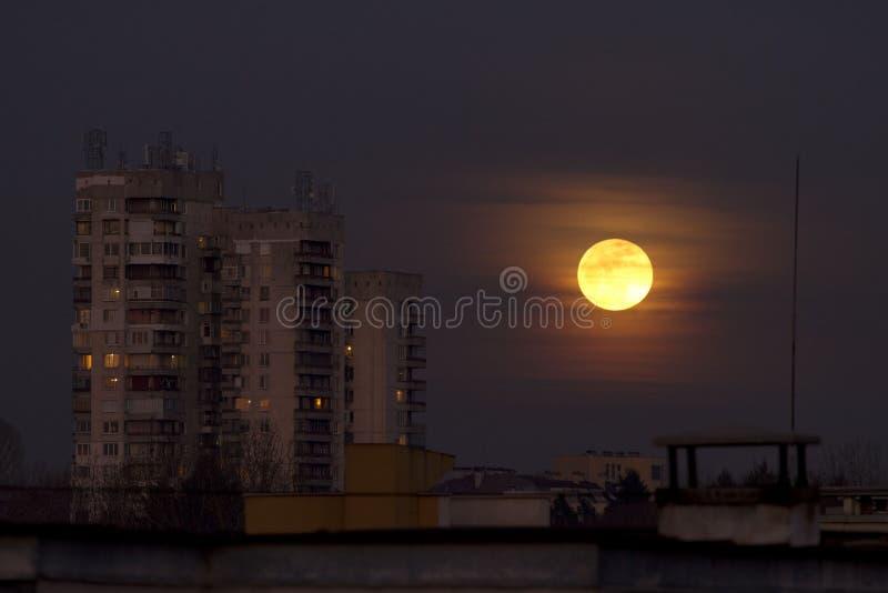 超级名门出身月亮2018年1月31日从Easterm欧洲,保加利亚,索非亚 在海运的蚀月球月亮 在大厦旁边的超级月亮 免版税库存图片