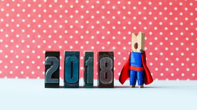 超级启发2018新年贺卡 摆在减速火箭的活版数字附近的创造性的超级英雄领导 隐喻 免版税库存照片