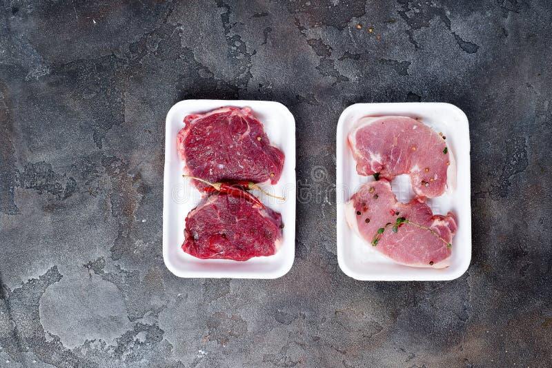 超级市场包装了在聚苯乙烯泡沫塑料包装的盘子的上等腰肉牛排 免版税库存图片