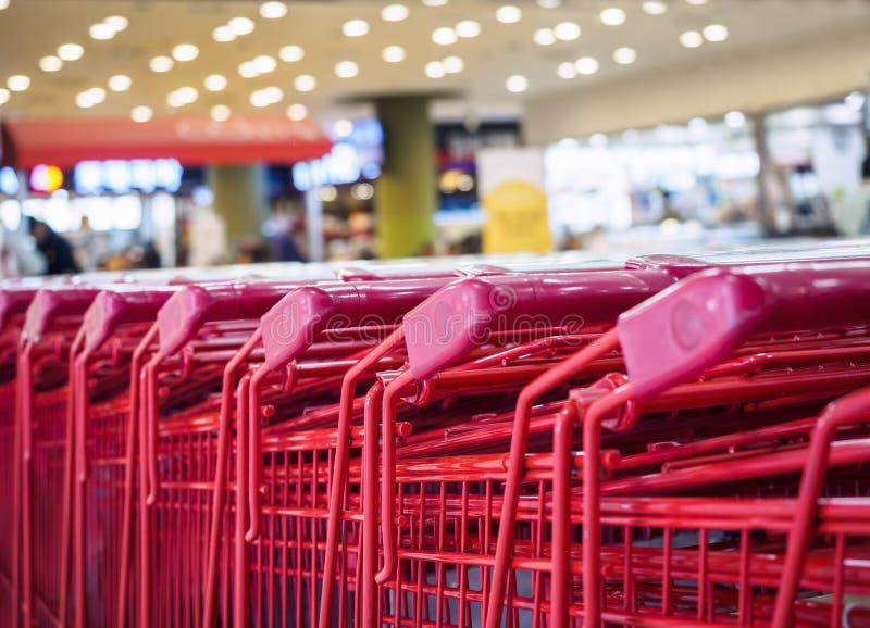 超级市场台车消费者购物的零售业概念 免版税图库摄影