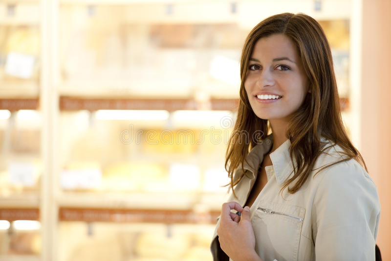 超级市场妇女年轻人 免版税图库摄影