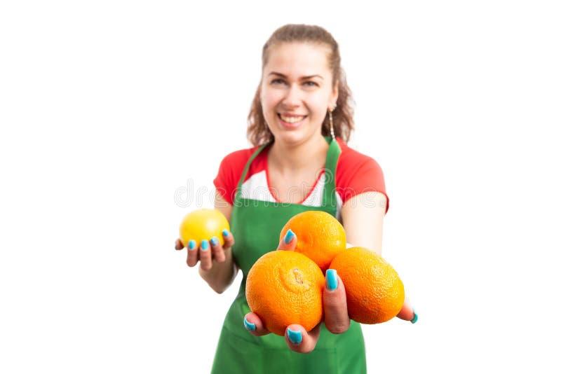 超级市场工作者提供的蜜桔妇女零售  库存照片