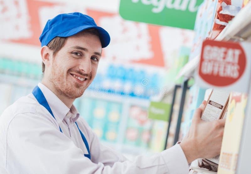 超级市场干事在工作 免版税库存照片