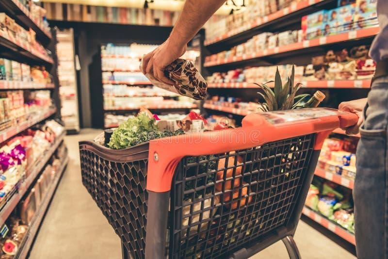 超级市场的人 库存图片