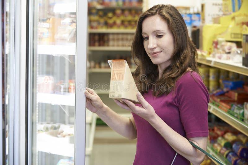 从超级市场的妇女买的三明治 免版税图库摄影