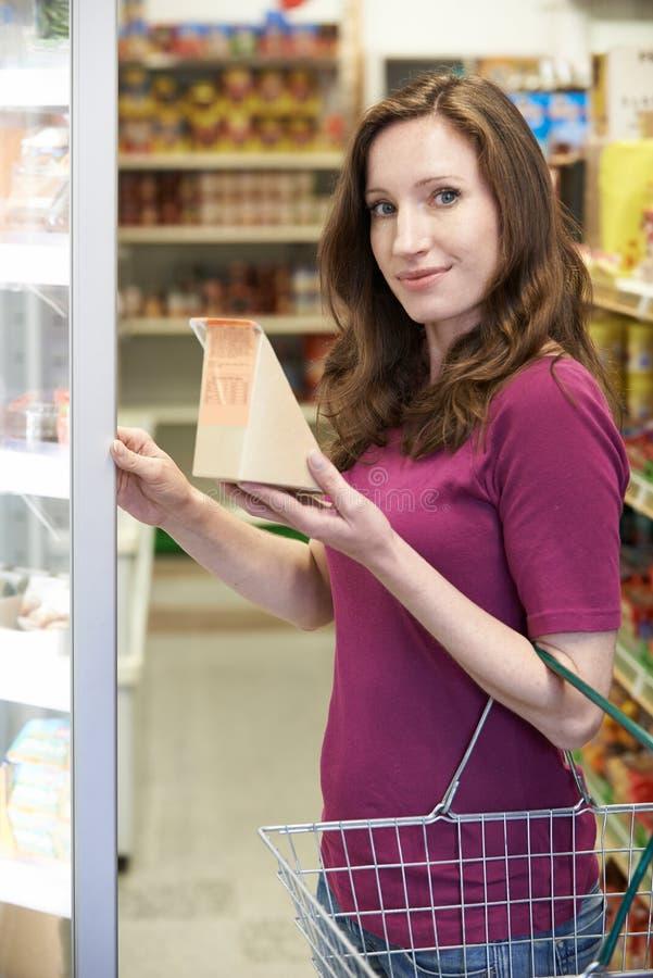 从超级市场的妇女买的三明治 库存图片