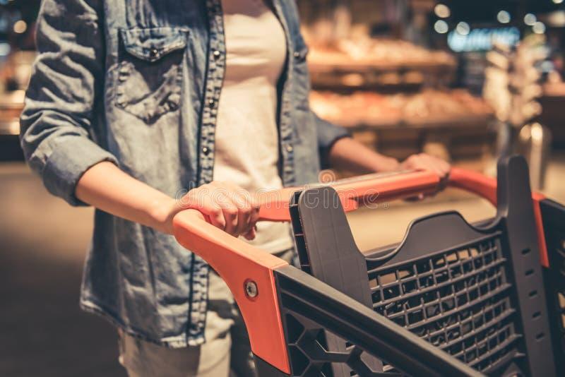 超级市场的妇女 库存图片