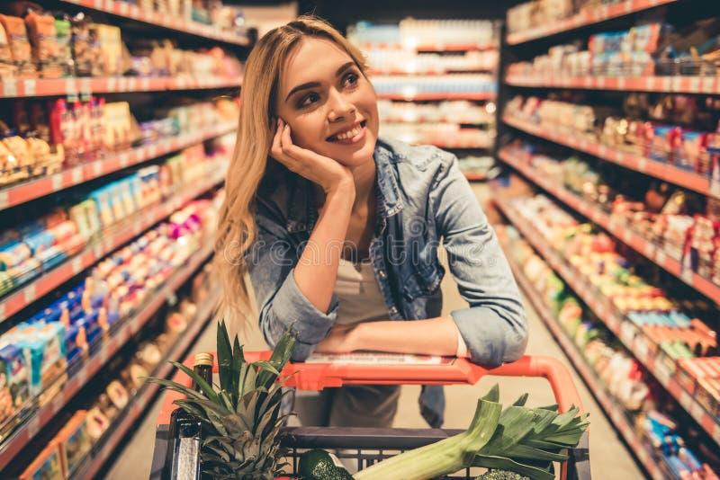 超级市场的妇女 免版税库存照片